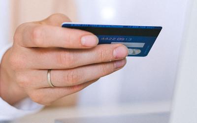 El pago de gastos corporativos cambia en España. La solicitud de tarjetas crece un 215%