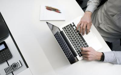 ¿Cuánto tiempo pierde un empleado en completar una hoja de gastos manualmente?