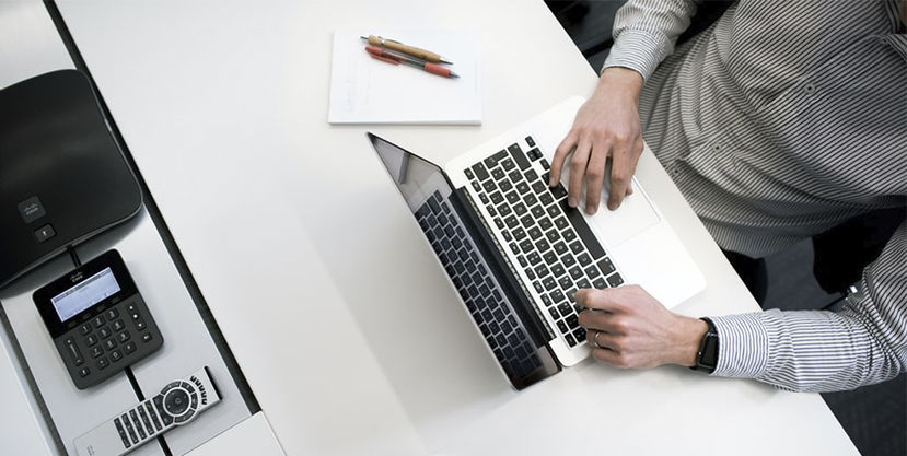 ¿Cuánto tarda un empleado en completar una hoja de gastos manualmente?